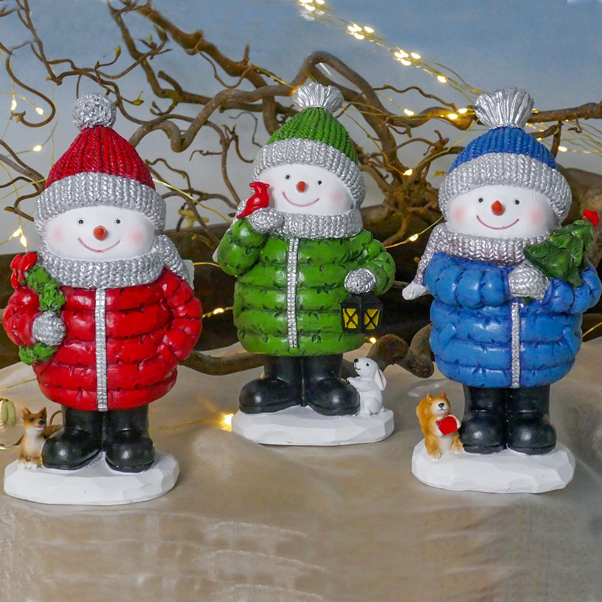 Farbenfrohe Schneemänner im Winter-Outfit Image