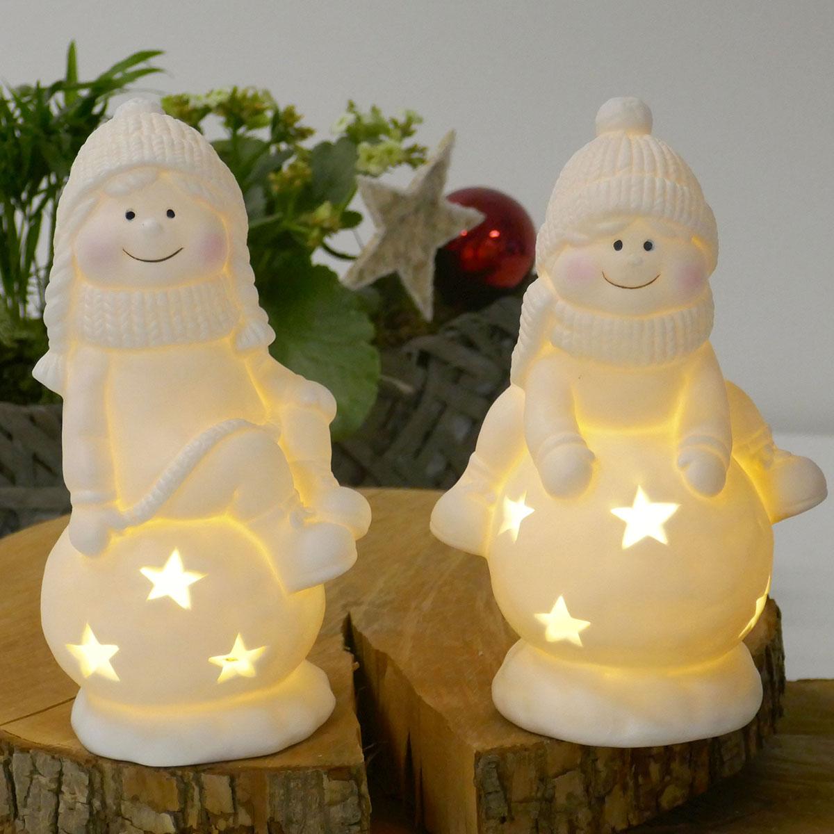 Winterkind Junge oder Mädchen auf Schneeball mit LED Image