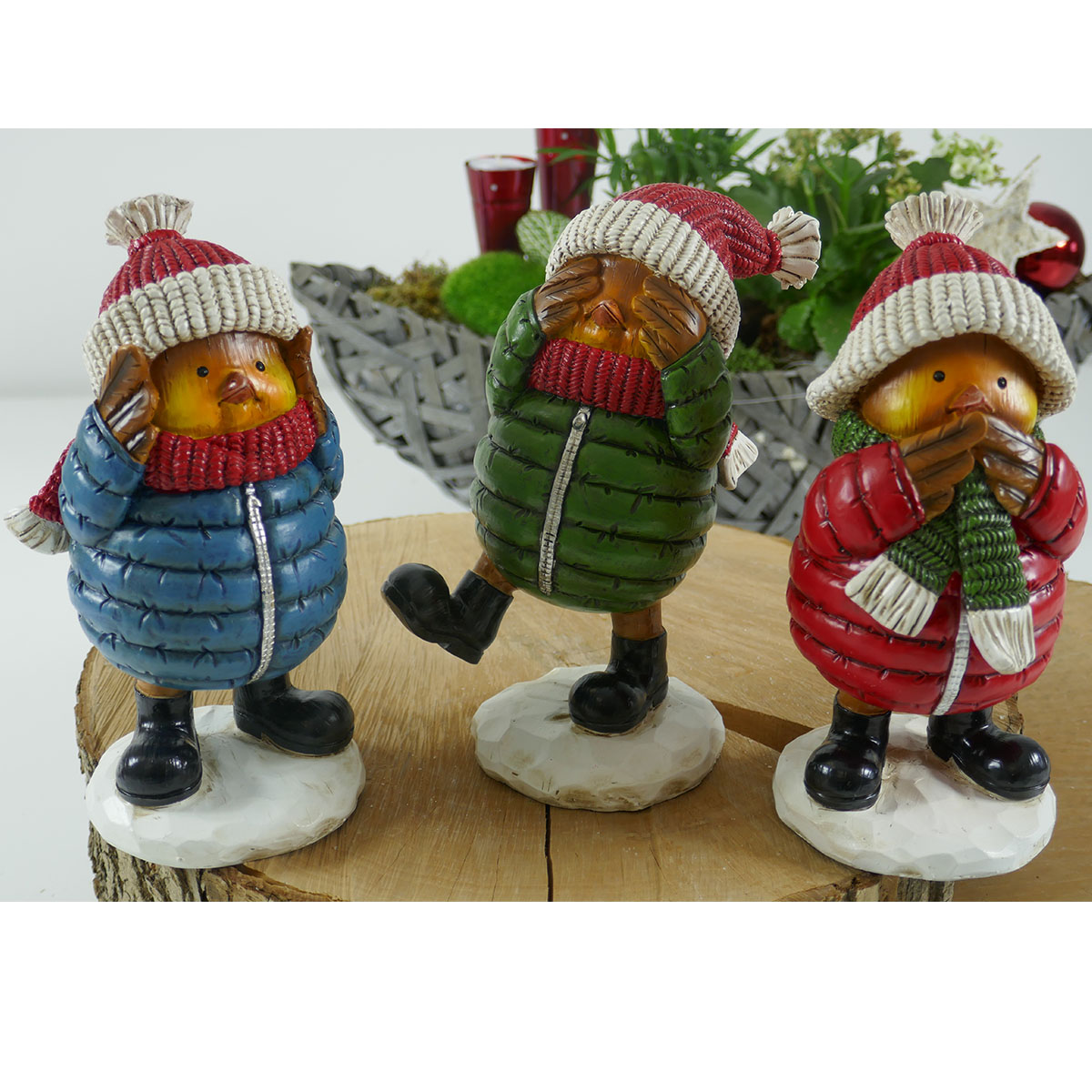 Farbenfrohe Vogel-Figuren im Winter-Outfit Image
